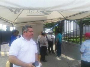 El periodista de La Prensa, Emiliano Chamorro, impedido de realizar su trabajo. Foto tomada de Facebook.