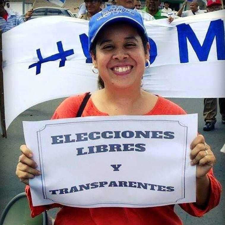 Suyén Barahona, miembro del MRS e integrante del FAD exigiendo elecciones libres y transparentes.