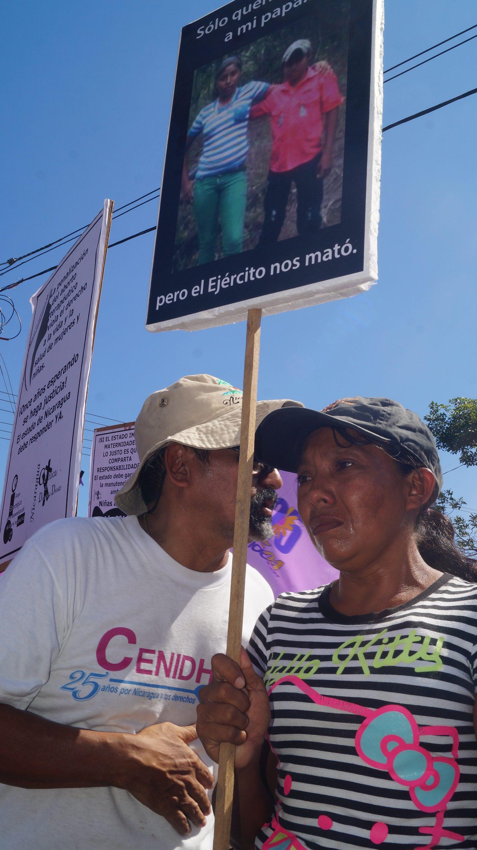 Lea Valle, participando de la marcha, exigió al Gobierno que le entregue el cuerpo de sus hijos.