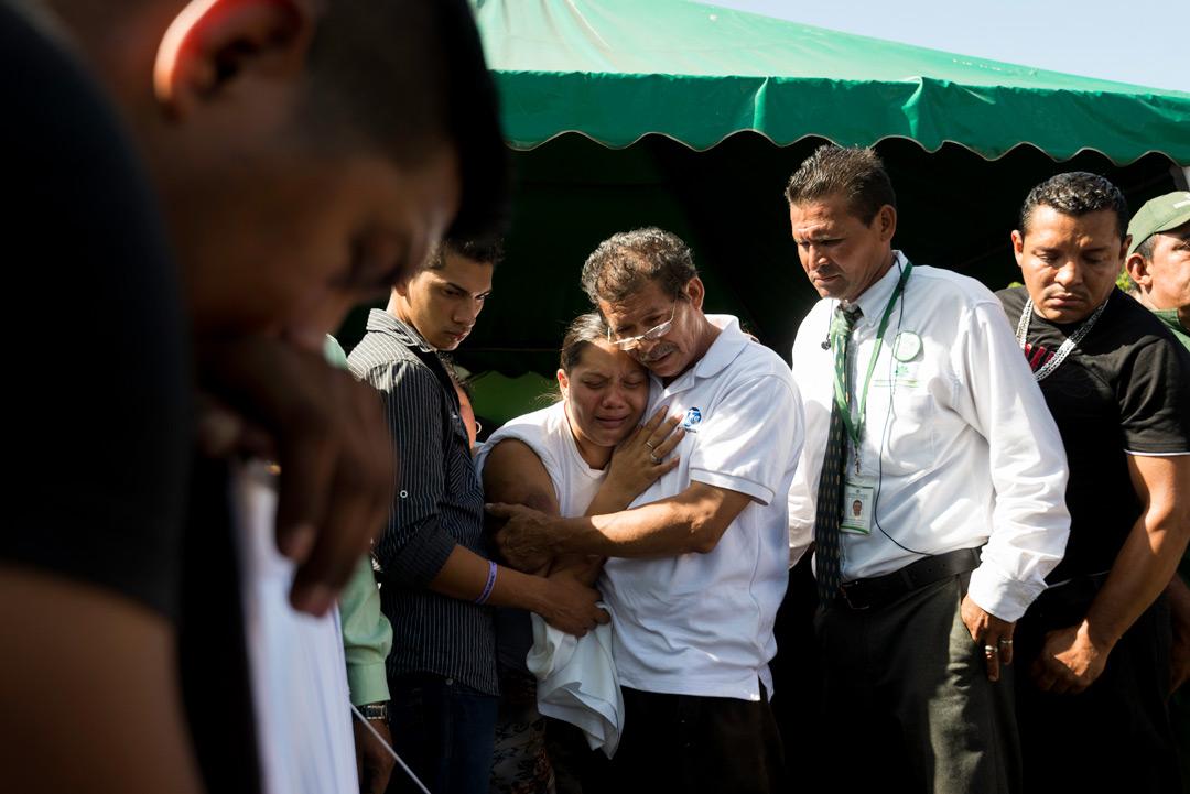 Yelka Ramírez, llora junto a familiares la muerte de sus hijos, asesinados en una emboscada policial. Foto: Confidencial
