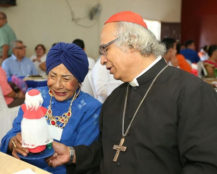 El Cardenal Leopoldo Brenes junto a su madre Lilliam Solórzano de Brenes.
