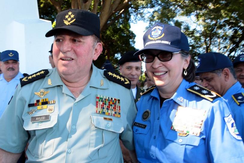 El general del Ejército Julio César Avilés y la primera comisionada de la Policía Nacional Aminta Granera.