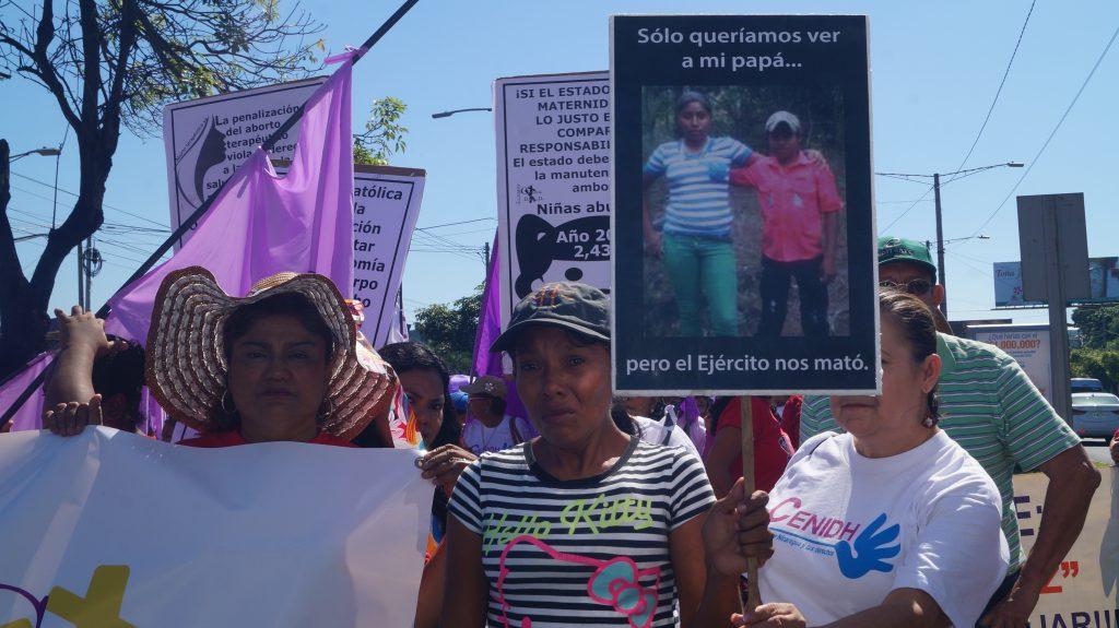 Elea Valle marcha para exigir que le entreguen los cuerpos de sus hijos.