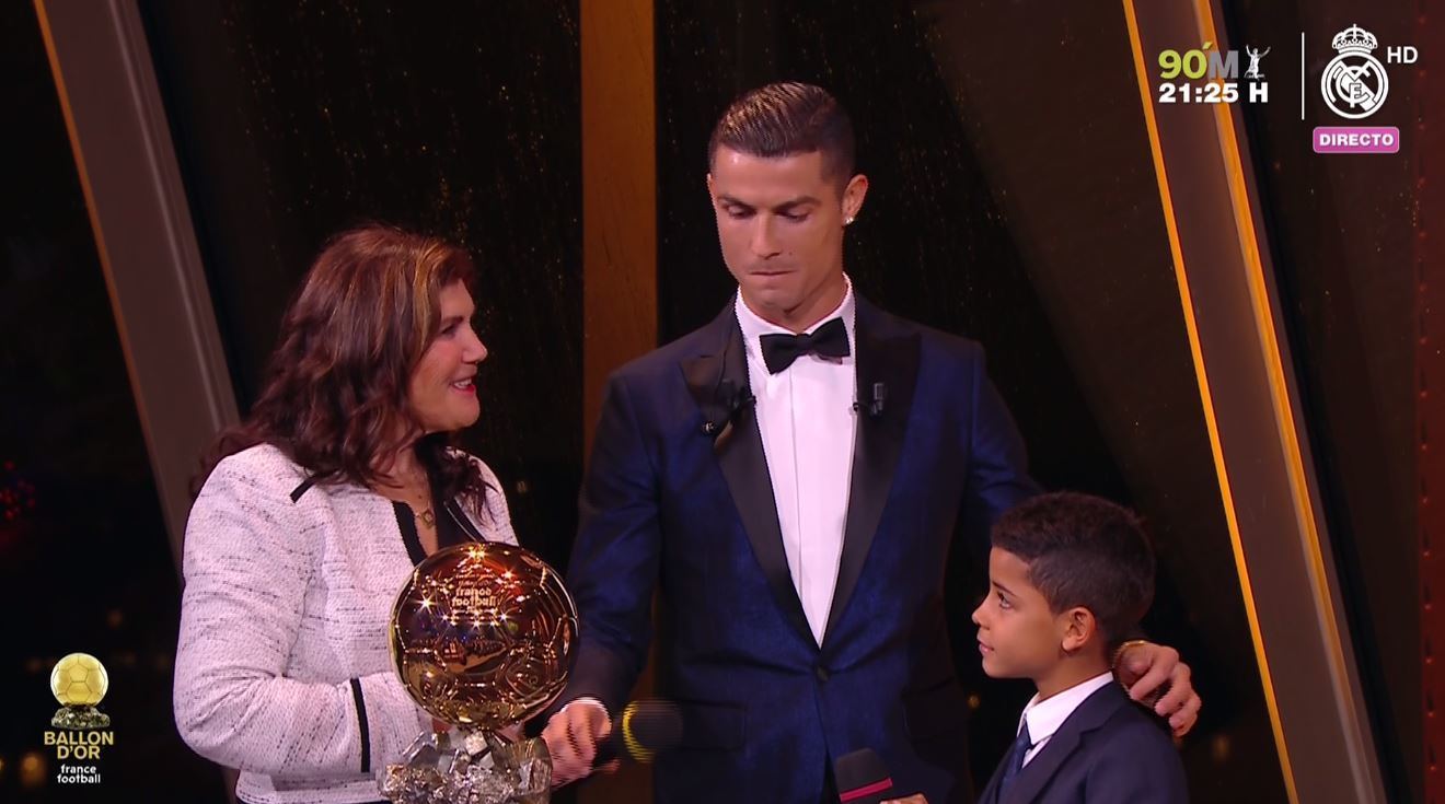 Cristiano Ronaldo gana su quinto balón de oro. Lo celebra con su madre y su hijo mayor