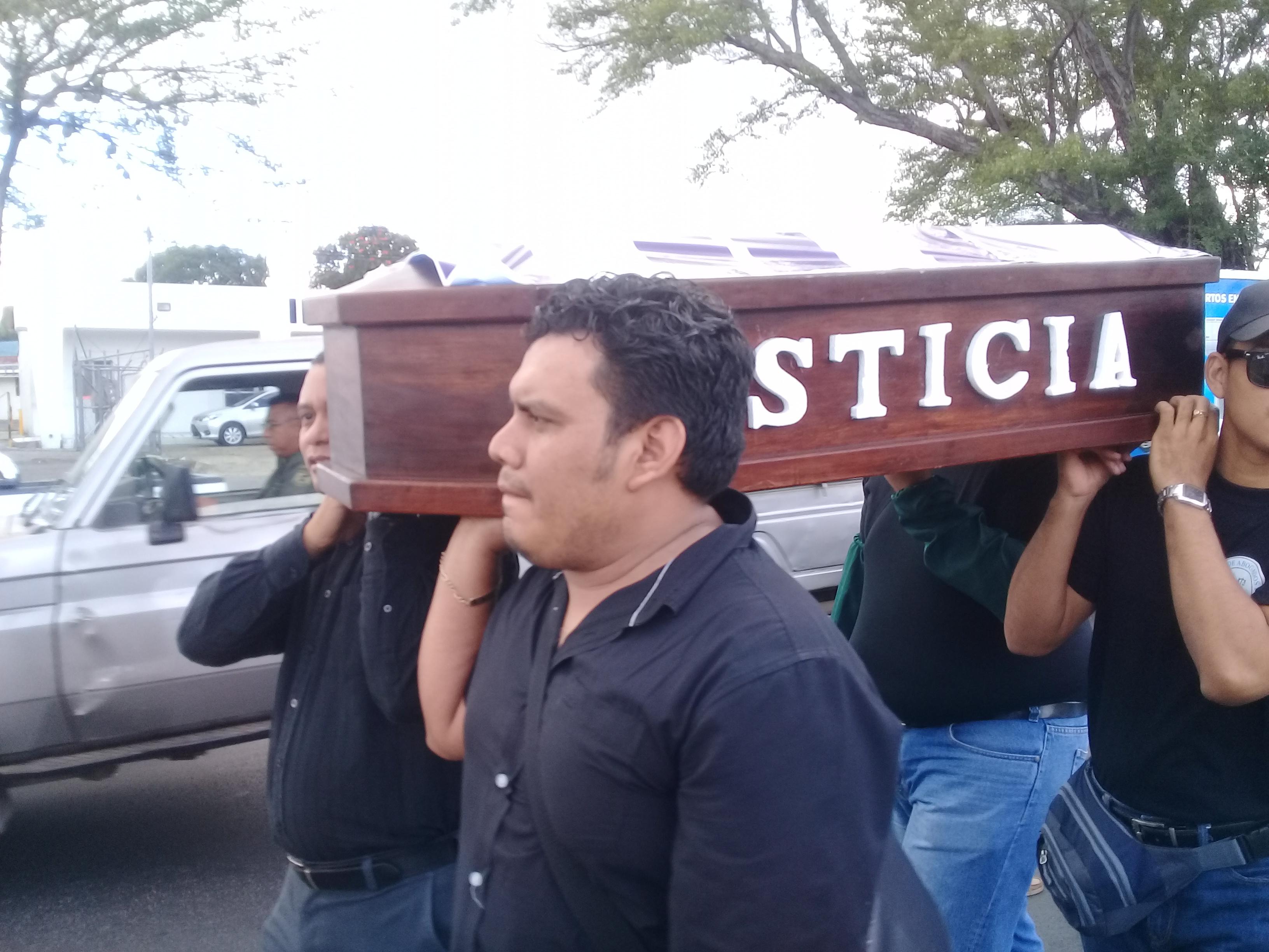Un pequeño ataúd con la inscripción «justicia» simbolizando la muerte del estado de derecho en el país. Fotografía: Artículo 66