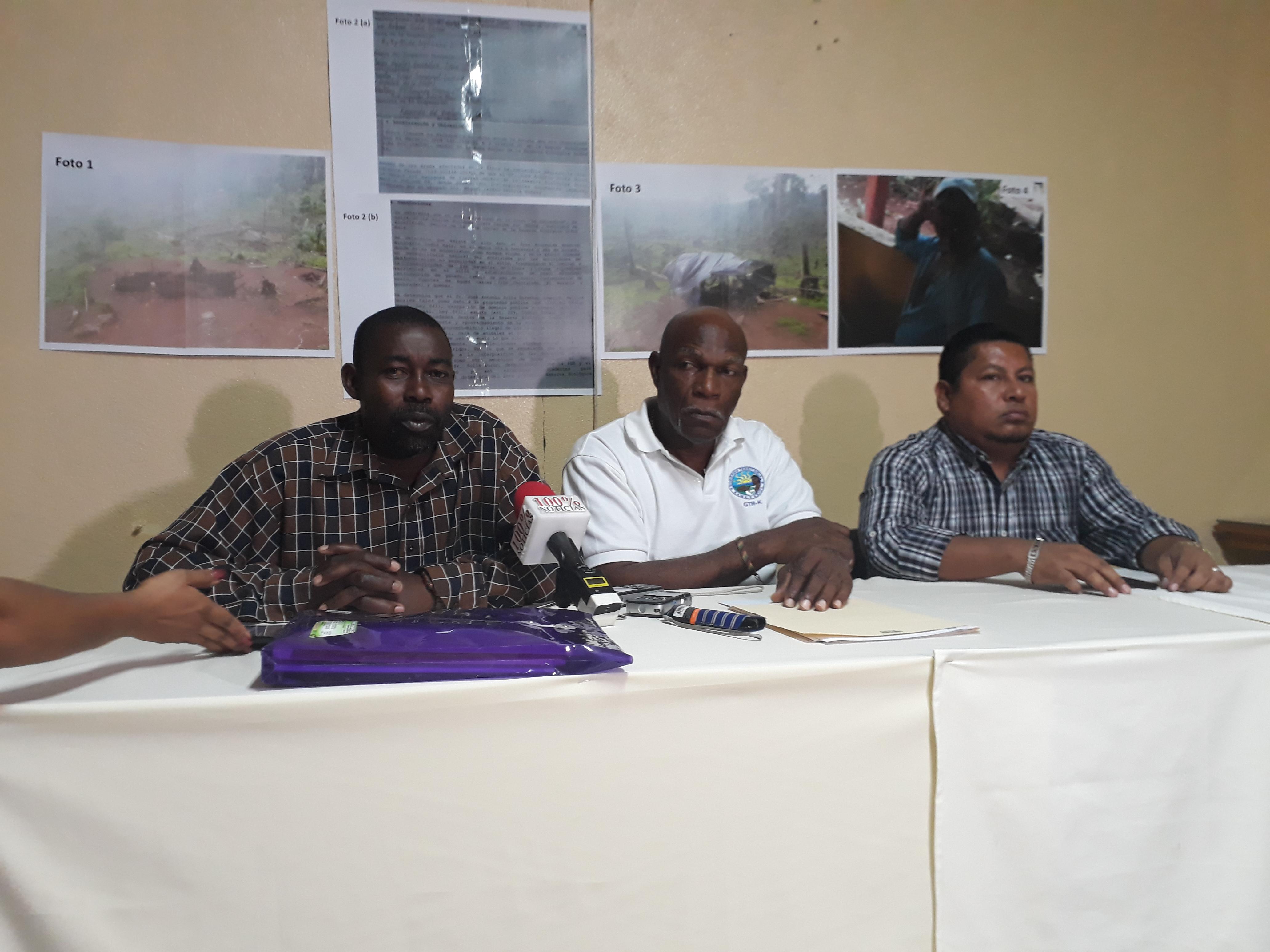 De izquierda a derecha Rupert Allen Clair Ducan, Segundo vocal del GTRK,  Aldrick Beckford, fiscal de GTRK y Nasario Martinez, miembro del GTRK.  Foto: A. Navarro