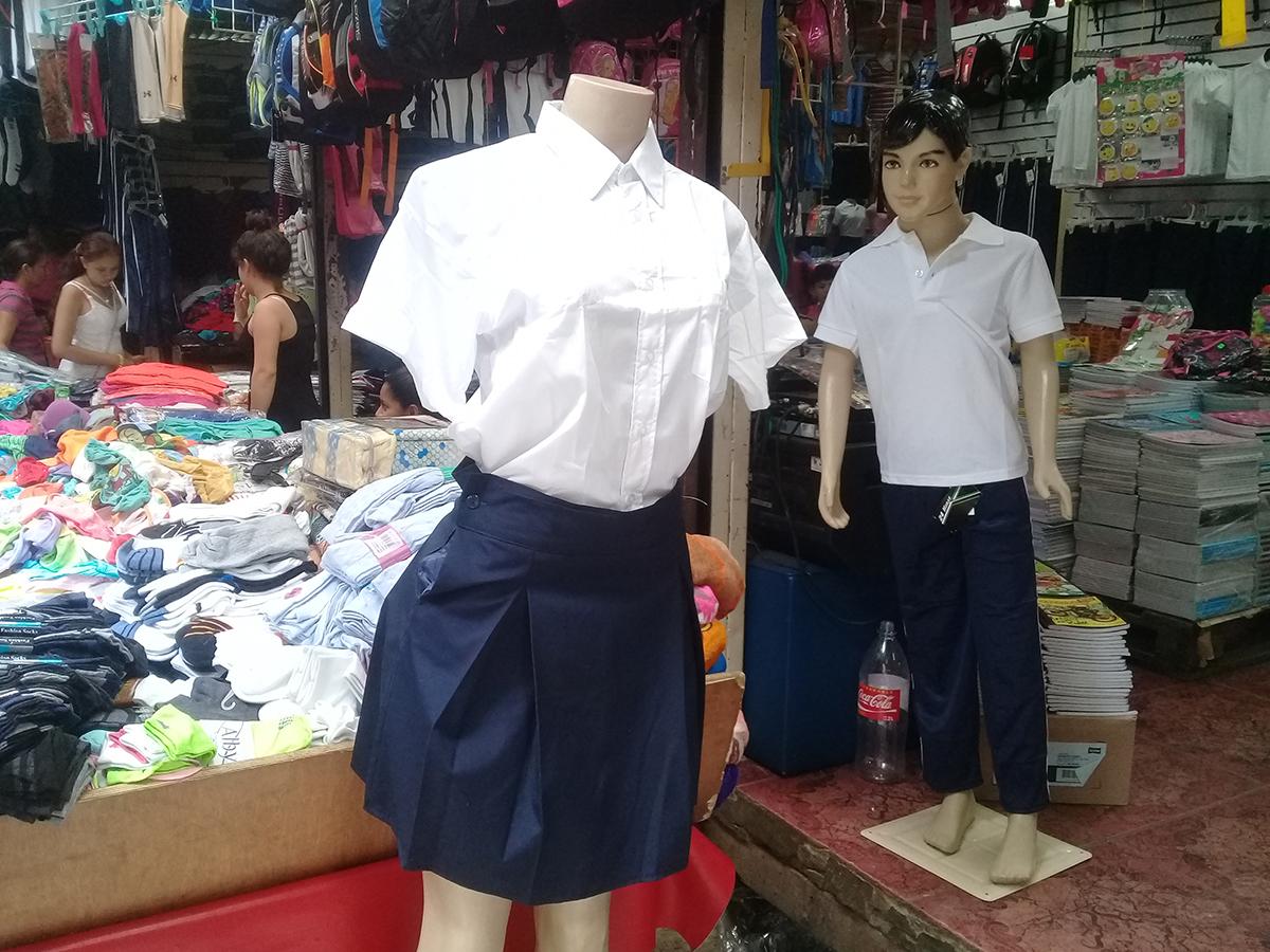 Solo el uniforme y los zapatos escolares pueden rondar los C$1,200 córdobas, según cálculos de los comerciantes del Mercado Oriental. Foto: Artículo 66