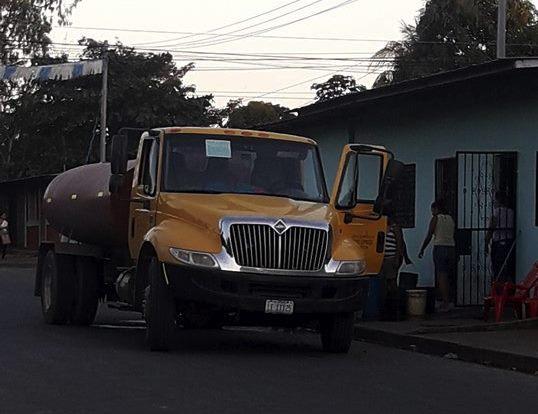 Cisternas con agua abasteciendo en Tipitapa. Foto: Cortesía