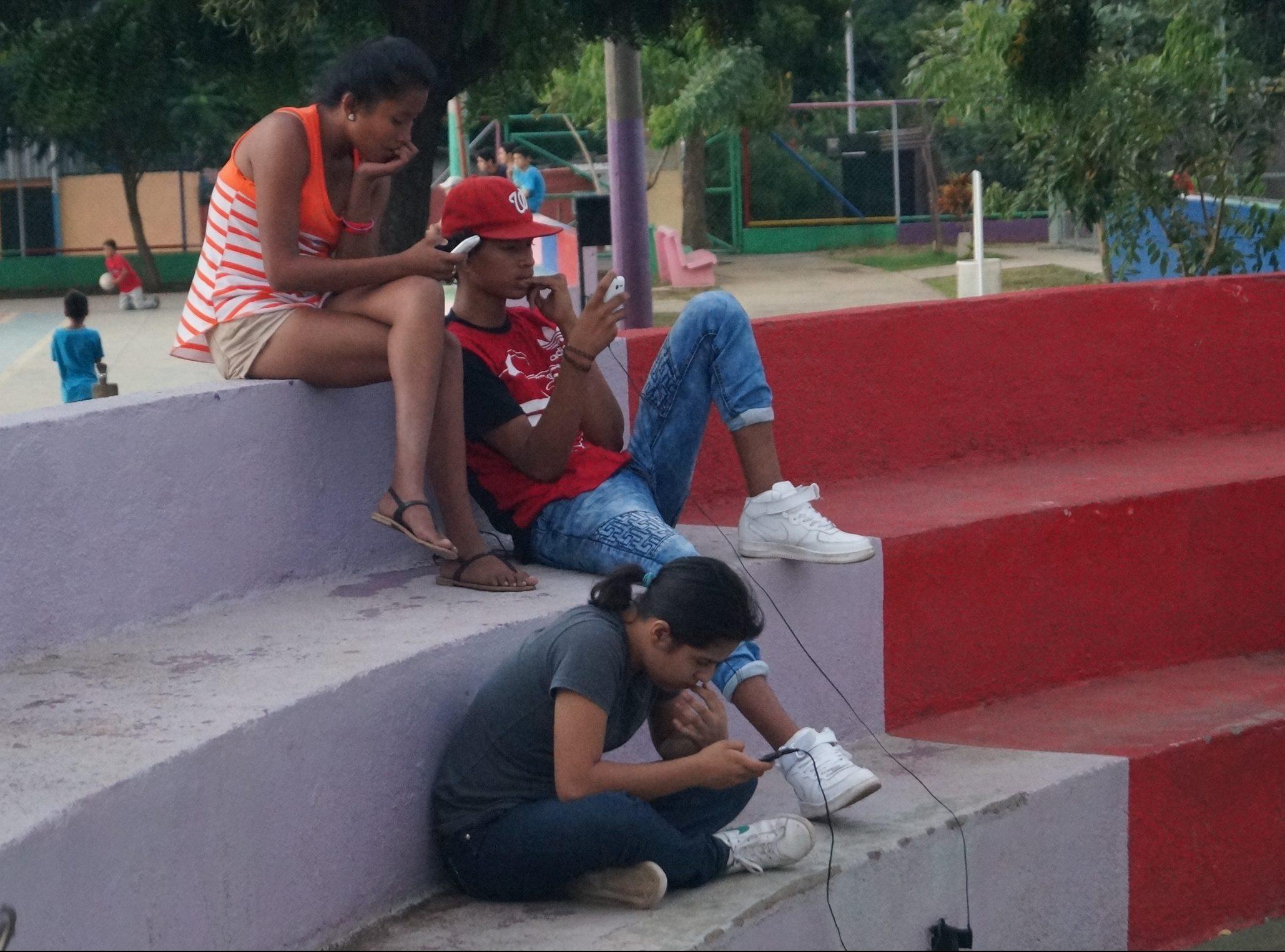 Menores de 18 años tienen acceso a sitios para adultos en las redes de internet gratuito de los parques de Nicaragua. Foto: A. Navarro