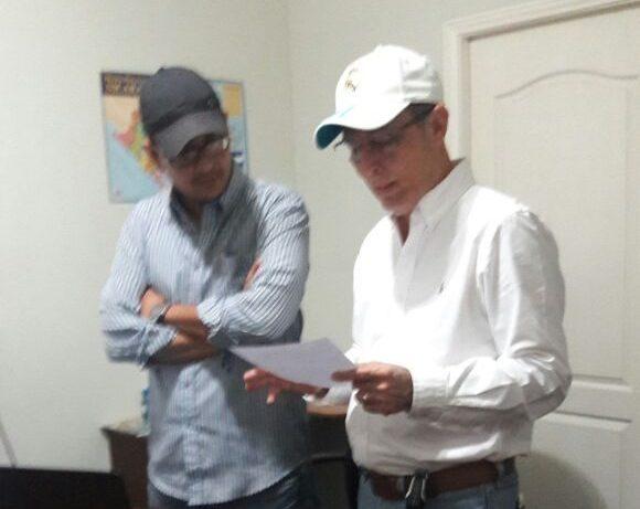 De izquierda a derecha Rolando Baca, gerente general de El CARAO S.A. y Luis Montoya, presidente de la Asociación de Vecinos. Foto: Cortesía