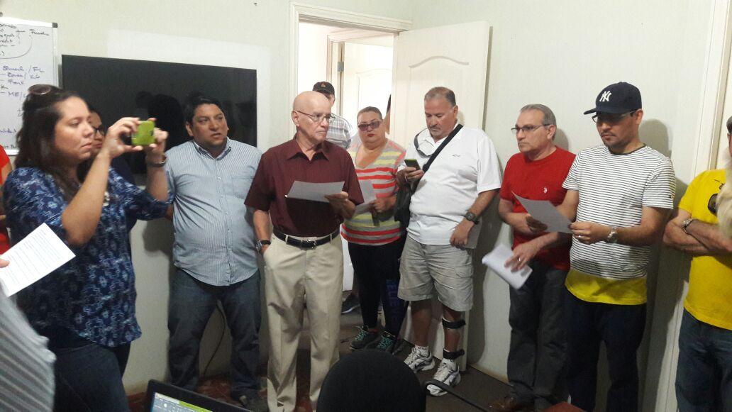Habitantes de El Prado y La Floresta exponen sus inconformidades ante el gerente general de El Carao. Foto: Cortesía