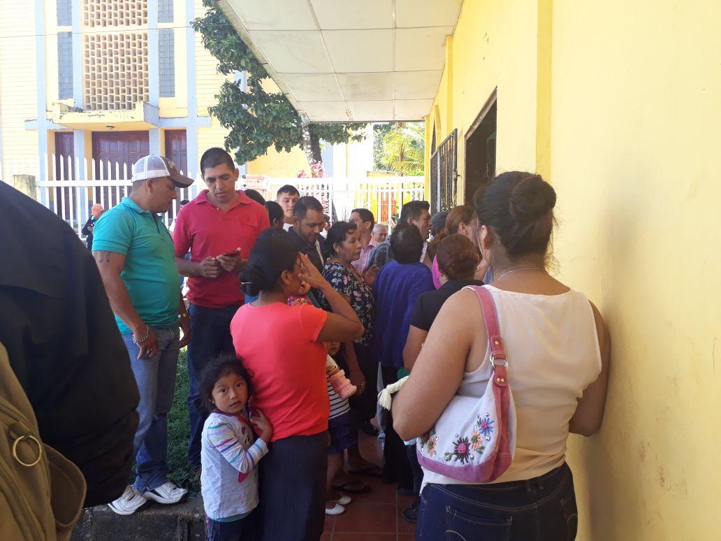 Santodomingueños que desde afuera participaban de la consulta del impacto ambiental del proyecto minero al oeste de la Mina Jabalí. Foto: Cortesía