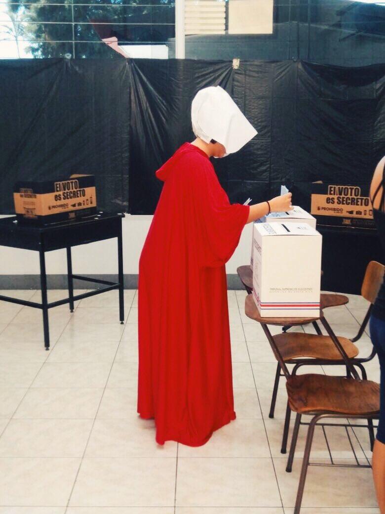 Mujeres de Costa Rica protestan contra candidatos fundamentalistas disfrazadas con vestidos de la serie The Handmaid's Tale. Foto: Cortesía