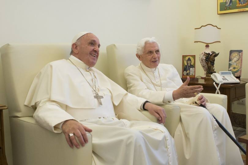 Ratzinger y Papa Francisco: Foto ReligionDigital
