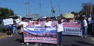 Pobladores, maestros y alumnos afectados por las areneras protestan para exigir el cierre. Foto: A. Cruz