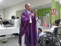 Monseñor Silvio Báez ofició misa de Cuaresma en el pasillo de un hospital de Managua. Foto: I. González / Artículo 66