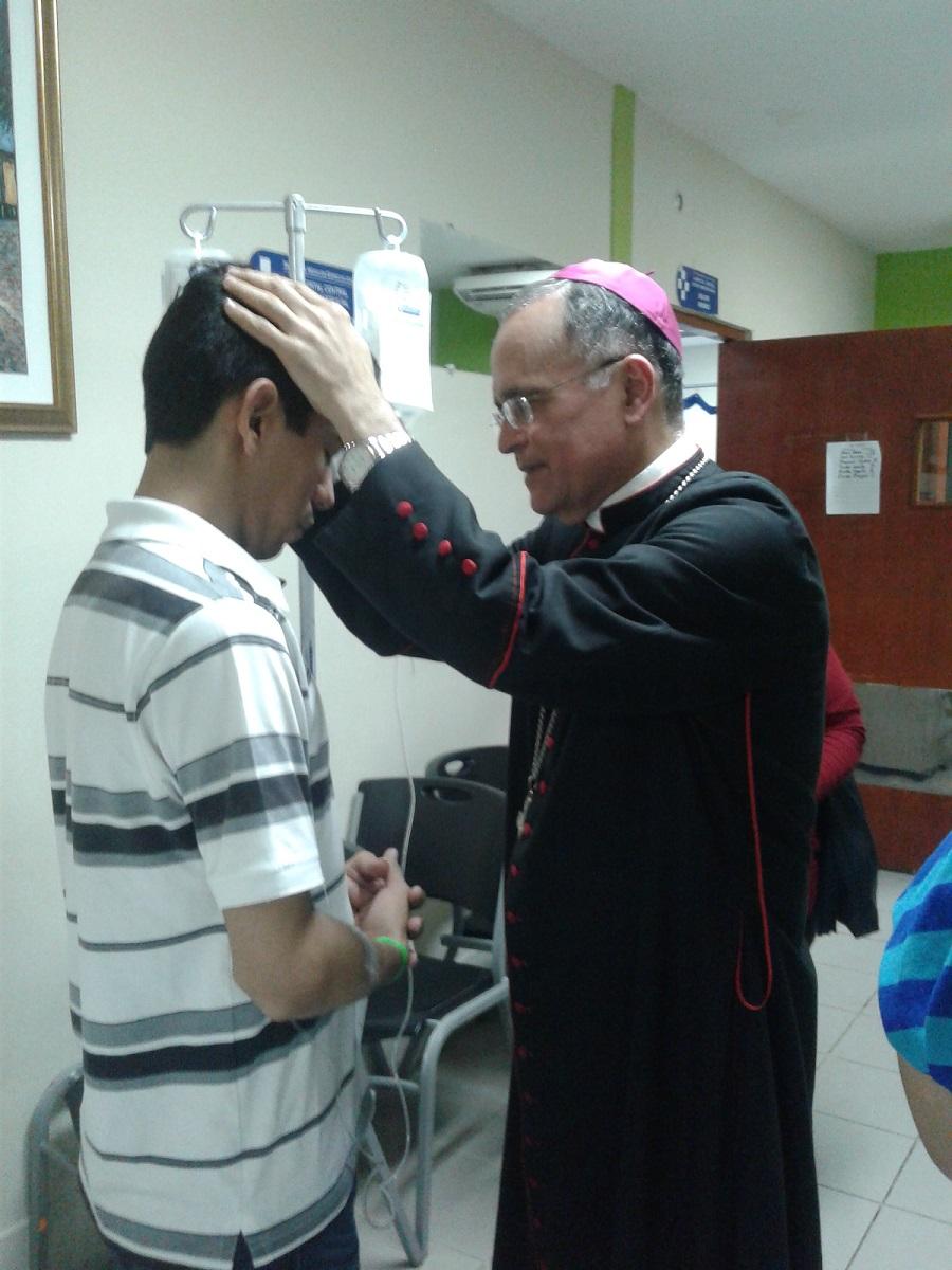 Monseñor Silvio Báez celebró eucaristía en un pasillo de hospital con pacientes, médicos y enfermeros. Foto: I. González / Artículo 66