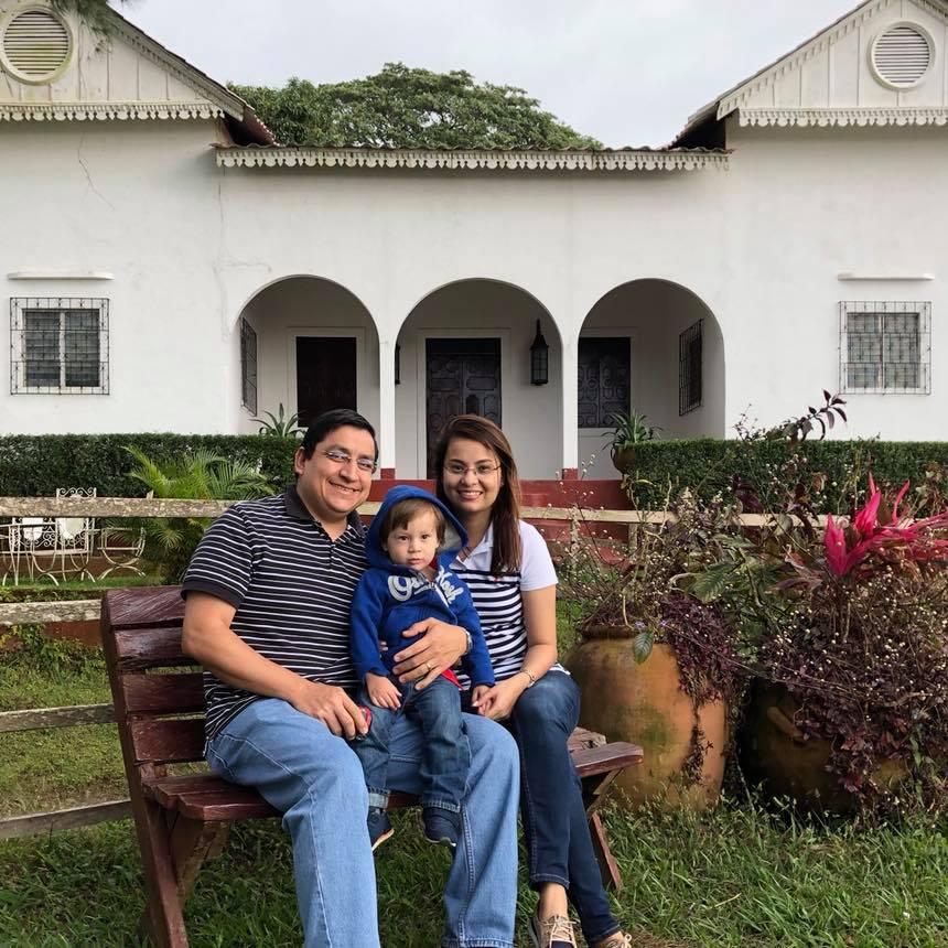 Nuevo embajador de Nicaragua en San José en una foto de familia. Tomada de su perfil de Facebook