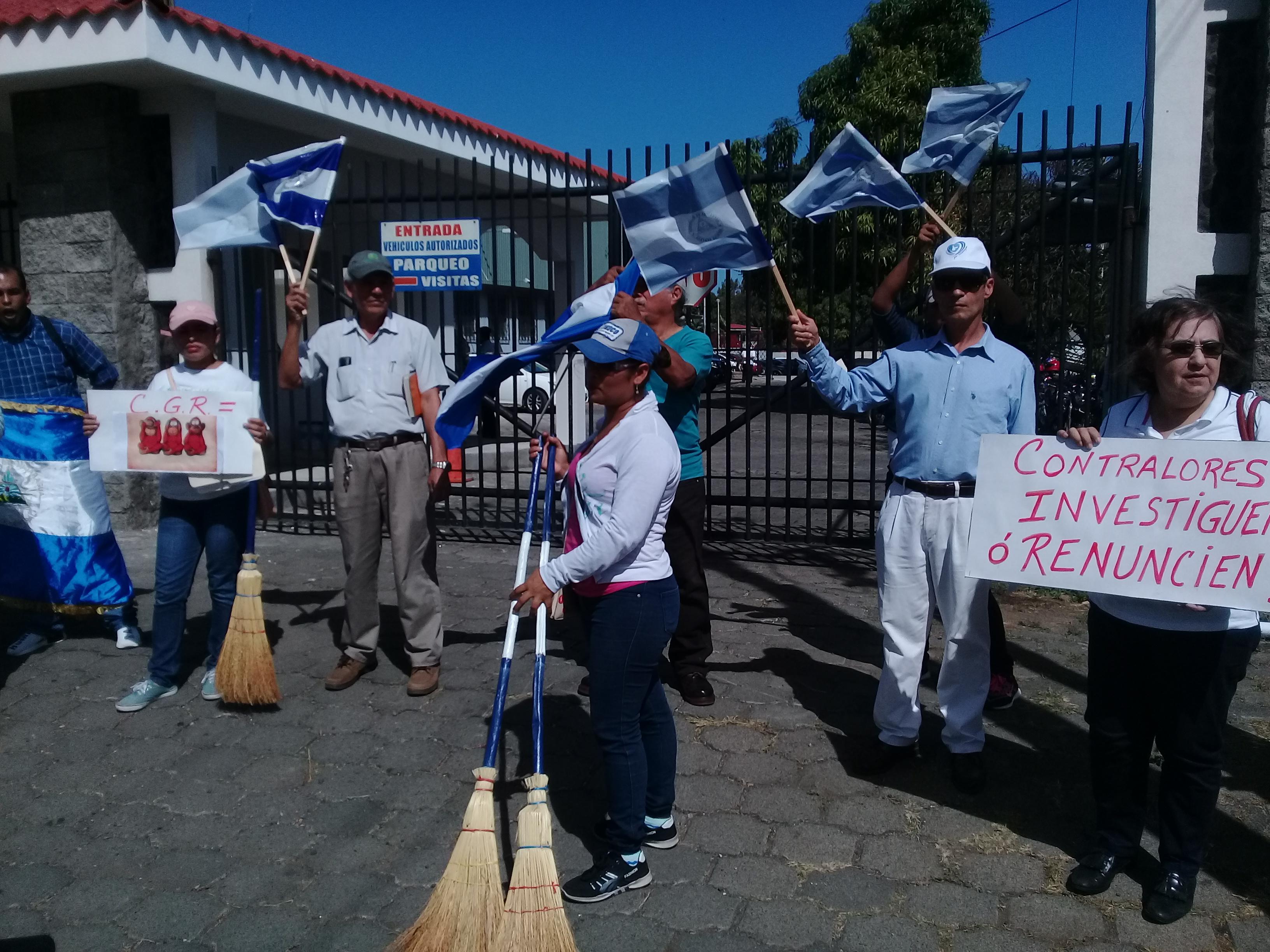 Los manifestantes portaban escobas y llamaban a barrer la corrupción. Fotografía: Artículo66/Abixael MG