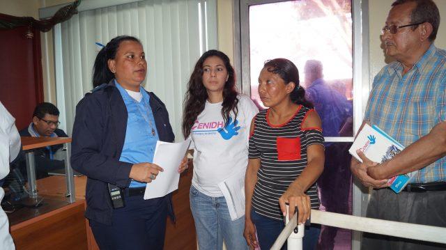Elea Valle entregando denuncia en la Policía Nacional en Diciembre de 2017. Foto: A. Navarro