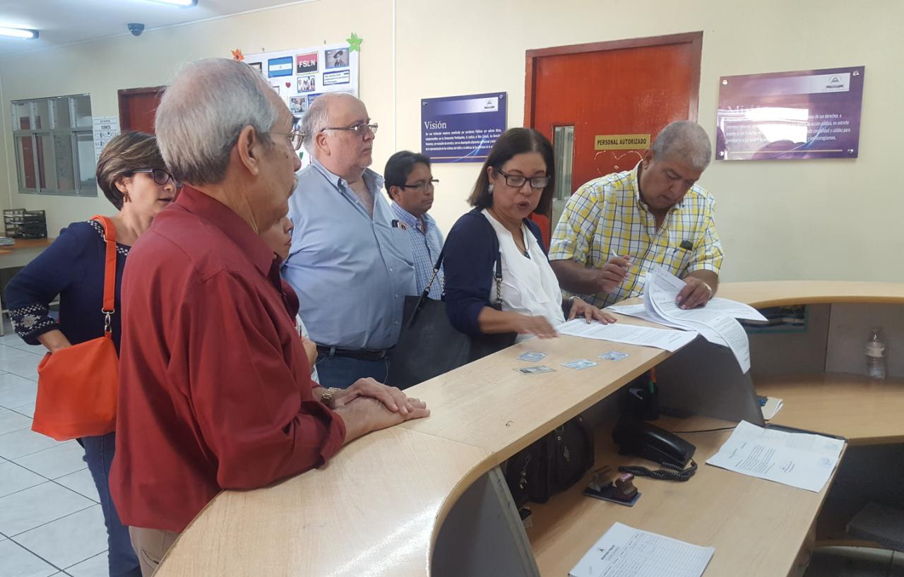 Líderes del Frente Amplio por la Democracia entregan la denuncia ante la Fiscalía General de la República. Foto: Cortesía