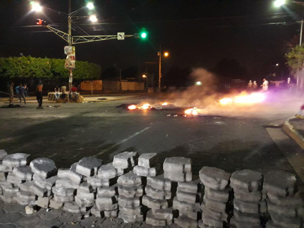 Primeras trincheras y bombas molotov en la capital. Fotografía: Abixael MG/Artículo66