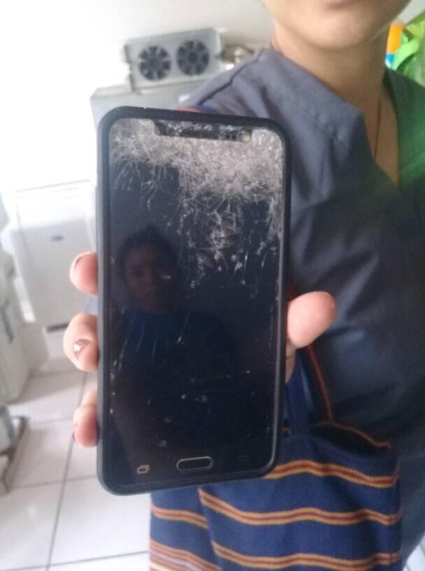 Las agresiones de la Juventud Sandinista dejó celulares quebrados y personas lesionadas. FOTO: Cortesía