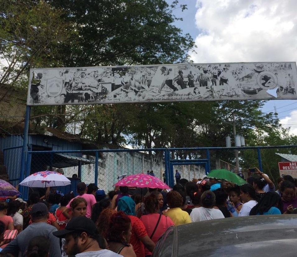 Familiares buscan desesperadamente a sus hijos e hijas desparecidos o detenidos en El Chipote. Foto: M. Guevara