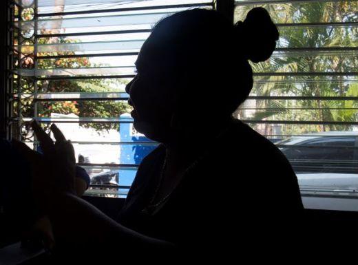 Madre de la joven violada por el agente de la Policía Nacional. Foto: La Prensa