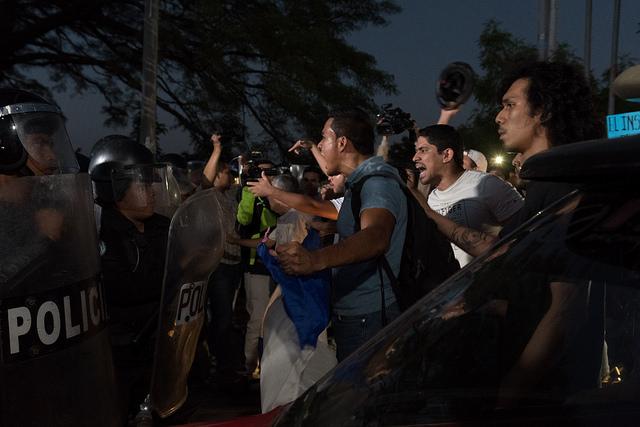 Juventud Sandinista y Policía Nacional reprimen a manifestaciones pacíficas. Foto: Confidencial