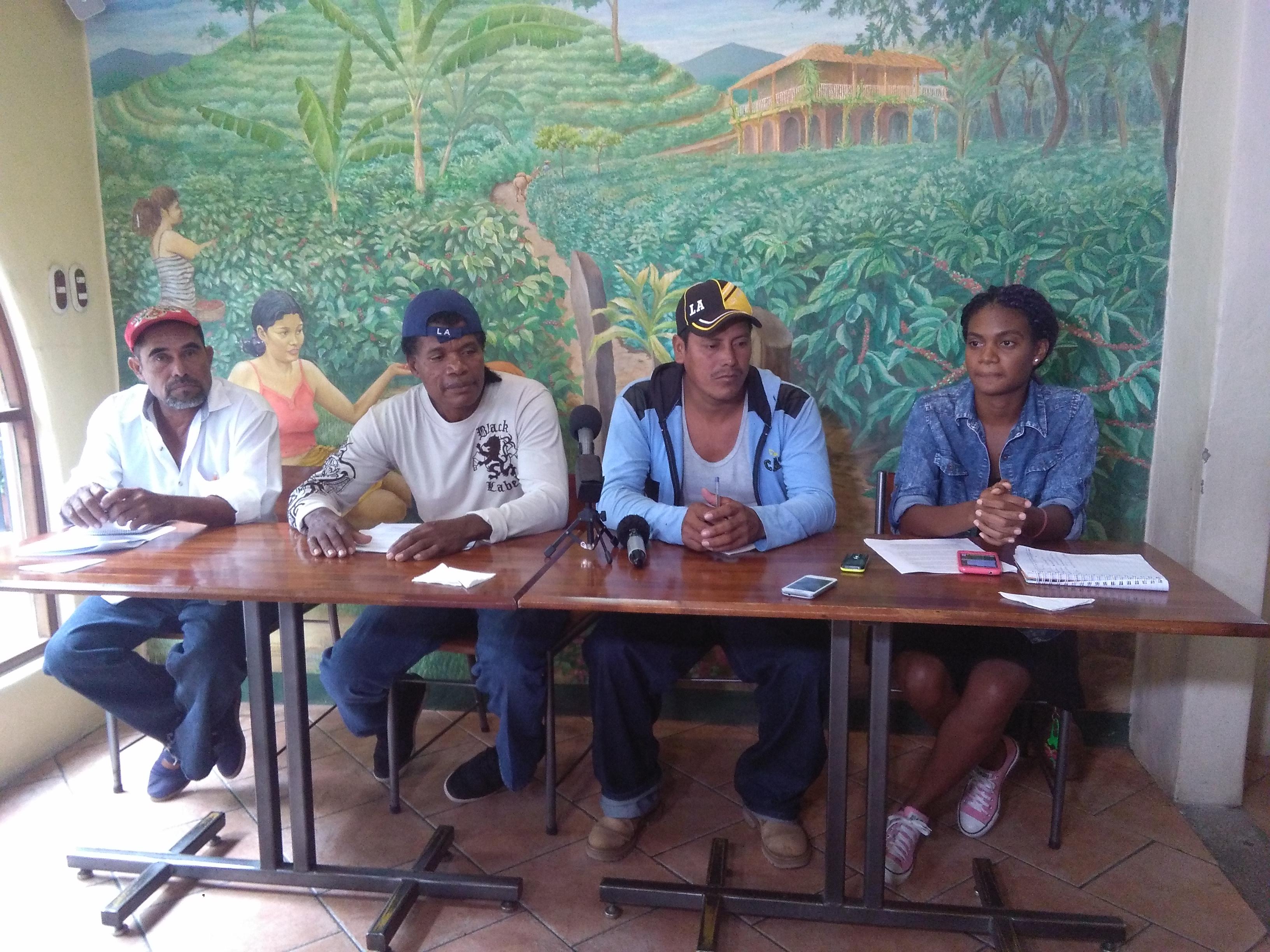 De derecha a izquierda; Pablo Solano, Agustín Joseph, José Dolores Velásquez, los tres guardabosques, y Princess Barberena, comunitaria afrodescendiente de la Reserva Indio Maíz. Foto: A. Cruz