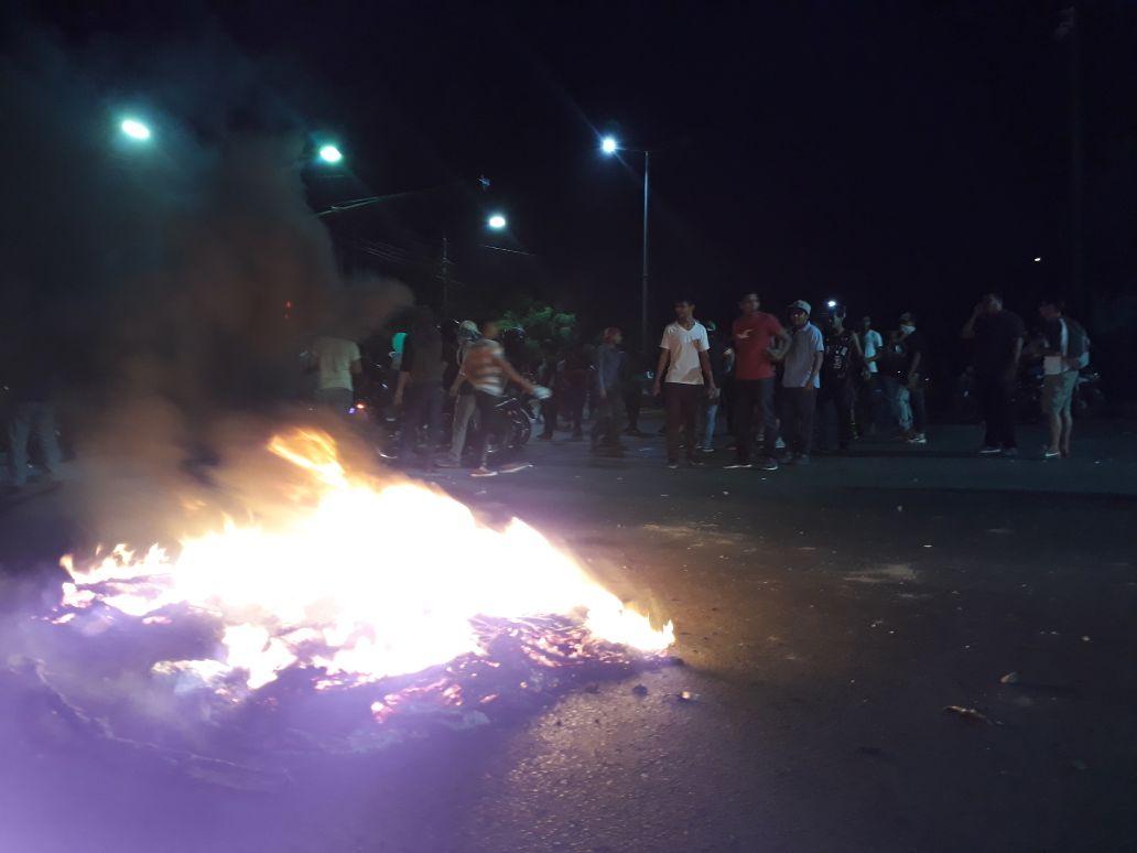 Neumáticos en llamas en las principales calles de Managua. Fotografía: Abixael MG/Artículo66