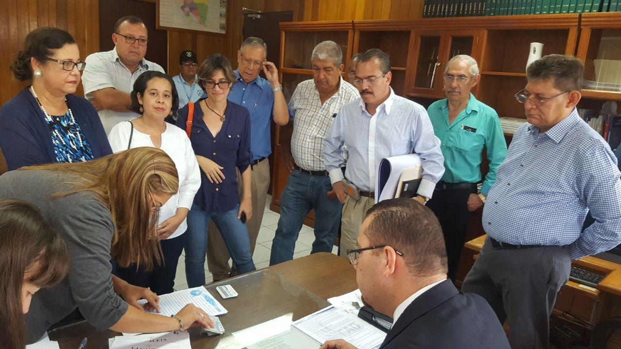 Dirigencia del Frente Amplio por la Democracia entregando recurso por inconstitucionalidad a la reforma a la Ley Electoral. Foto: Cortesía