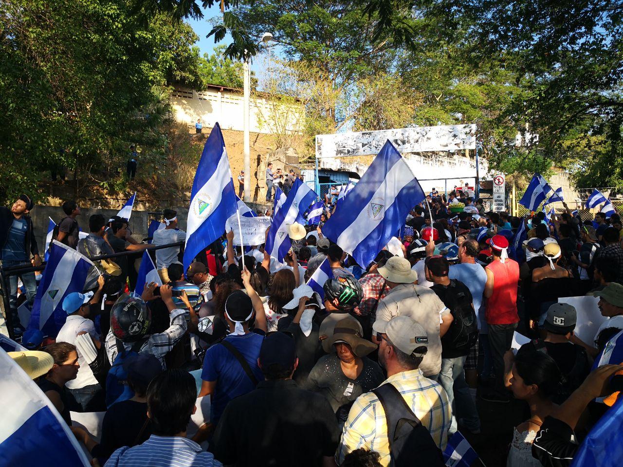 "Miles de nicaraguenses protestan frente a ""El Chipote"". Foto: A. Navarro"