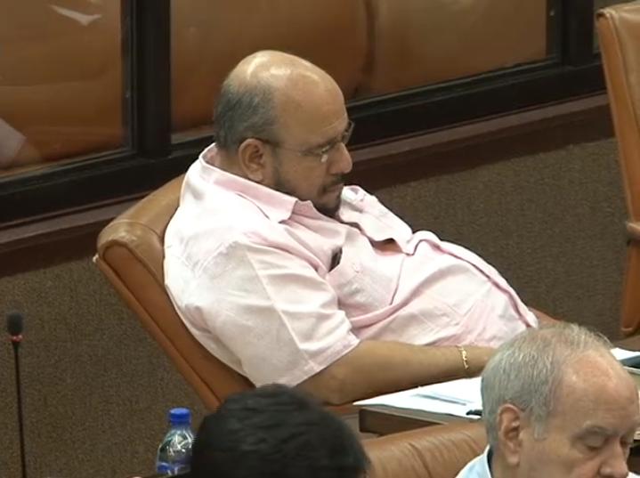 """Edwin Castro dormido durante una sesión en la Asamblea Nacional fue señalado de """"corrupto, ladrón, sinvergüenza"""" por estudiantes en la UCA. Foto: Diario Metro"""