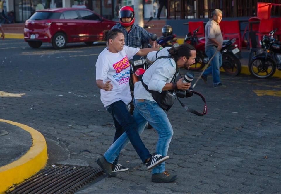 Periodista agredido por las turbas orteguistas. Foto: Jorge Torres, de la Agencia EFE