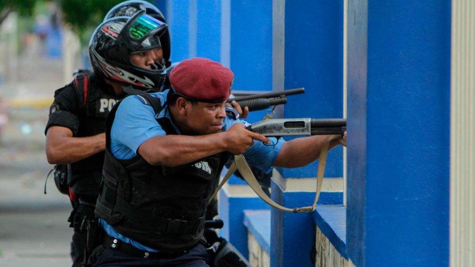 Policía de Nicaragua atacando a estudiantes atrincherados en la universidad de Ingeniería. Foto: AFP/LaOpinión
