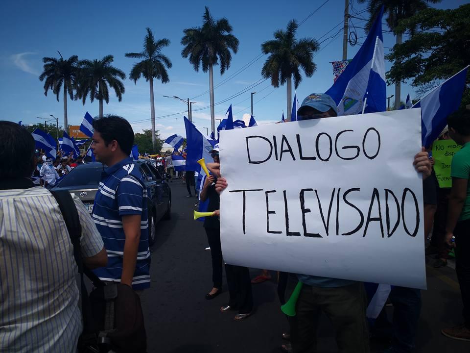 Ciudadanos exigen ver el Diálogo Nacional transmitido en vivo para todos los nicaragüenses. Foto: A. Navarro