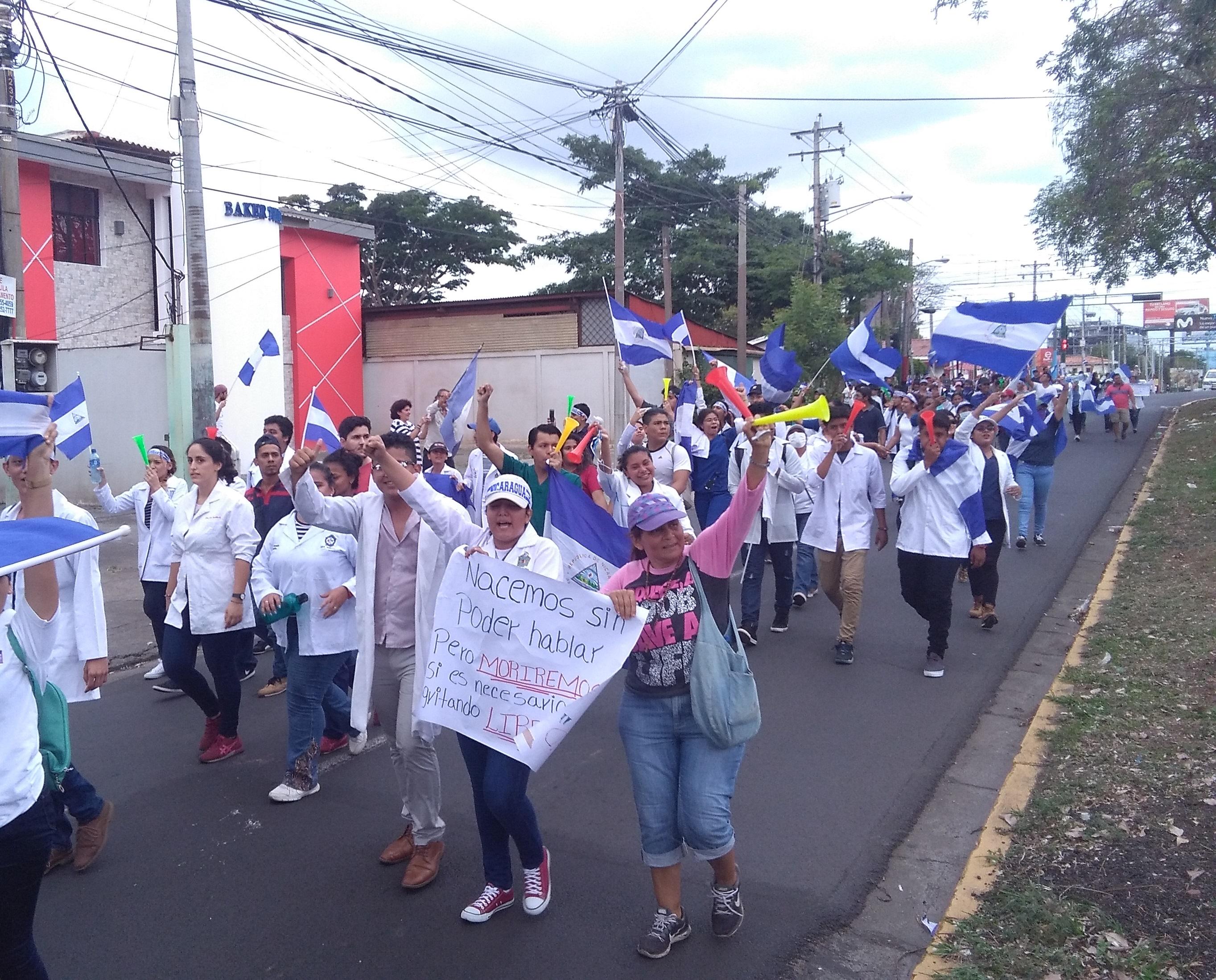 Marcha de estudiantes de medicina hacia la UNAN-Managua. Foto: J. Somarriba