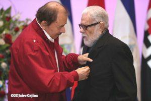 Daniel Ortega impone orden Augusto C. Sandino al padre Uriel Molina. El sacerdote elogió a Ortega y Murillo como la representación del ideal de Sandino.