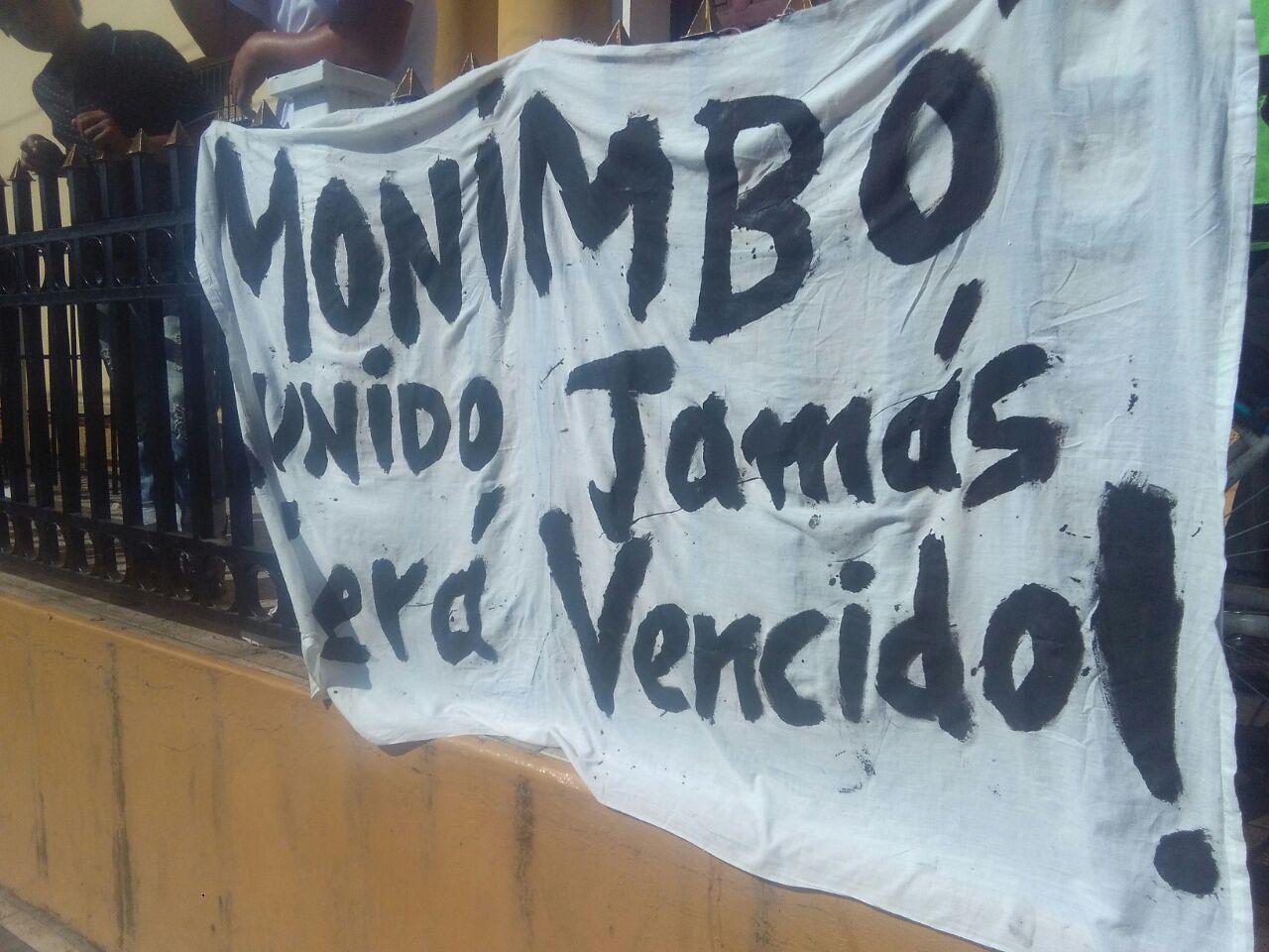Ciudadanos explotan bombas de contacto en Monimbó. Foto ilustrativa/ END Cortesía