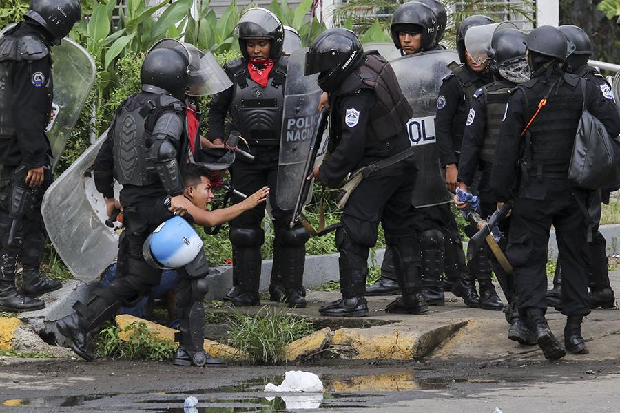 Policías capturas y torturan a ciudadanos que circulaban y protestaban en Metrocentro y la UNI. Foto: Oscar Sánchez/END