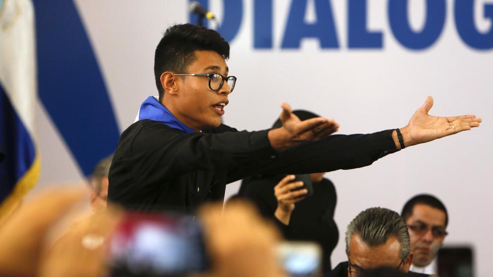 """Lesther Alemán, uno de los estudiantes más visibles durante la protesta universitaria por haberle dicho """"asesino"""" en su cara a Daniel Ortega. Foto AP / Tomada de Internet"""