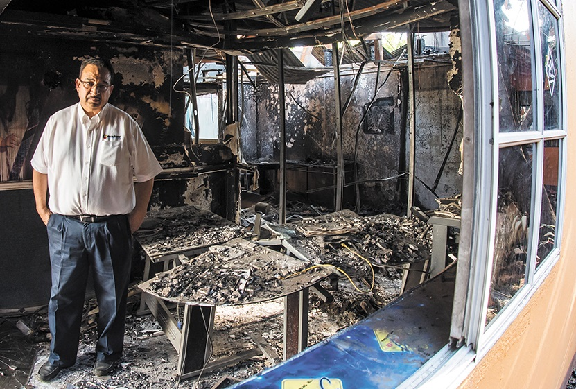 Anibal Toruño en los restos que quedaron de su estación de Radio Darío León. Foto: La Prensa