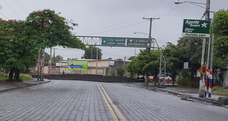 Barricadas levantadas en la carretera del puente El Edén. Foto: tomada del JornadaNet