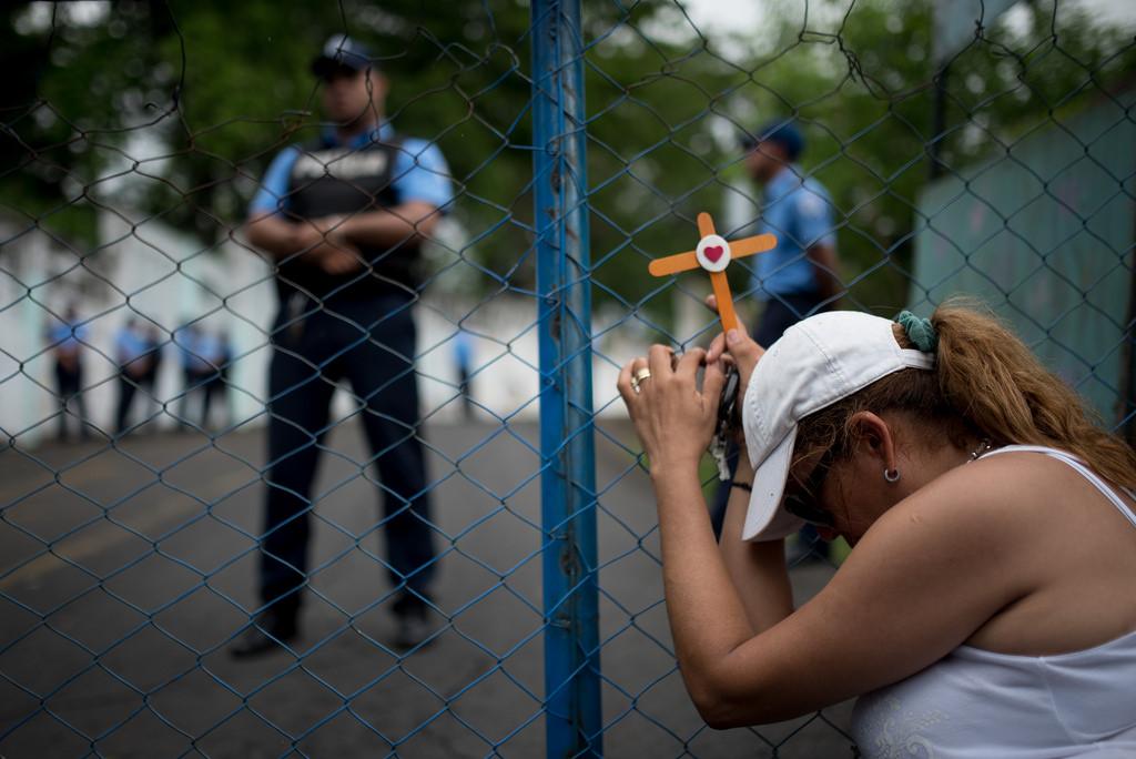 Madre suplicando justicia en las afueras de El Chipote. Foto: C. Herrera/Confidencial