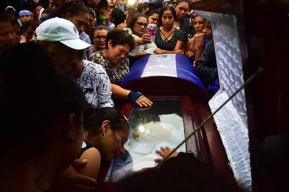Entierro de José Cascos asesinado por las turbas orteguistas. Foto: tomada del perfil de Heydi Salazar