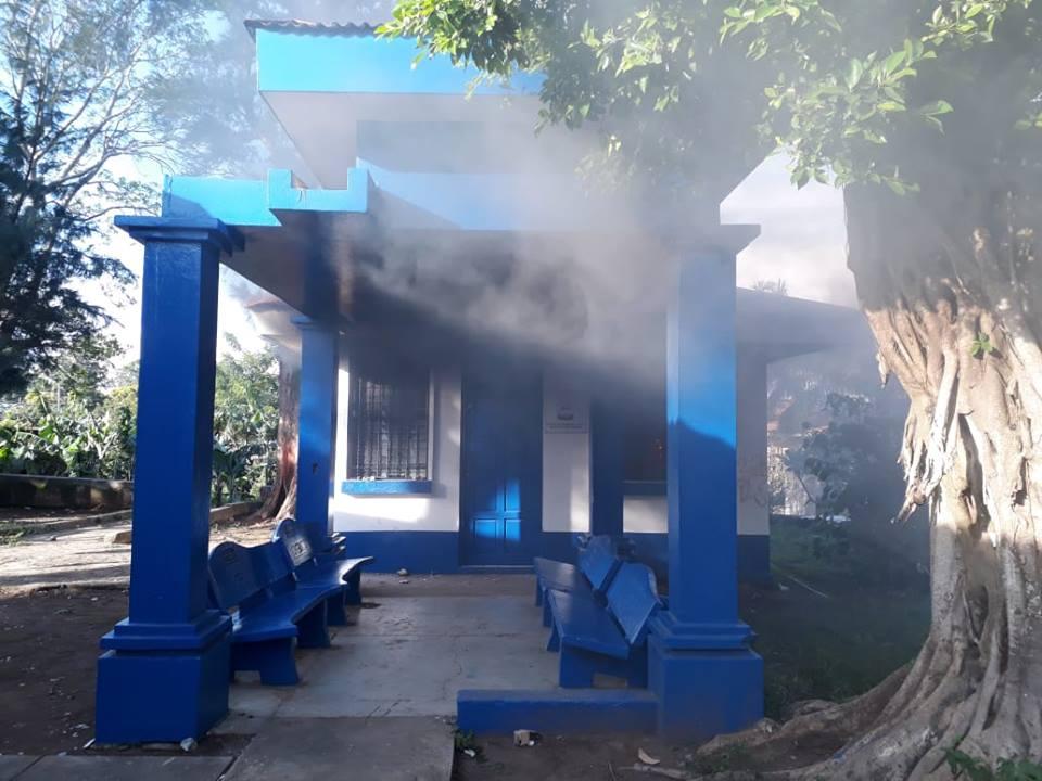 Diriambinos queman la Fiscalía en repudio por los asesinatos perpetrados por el régimen de Daniel Ortega. Foto: Cortesía