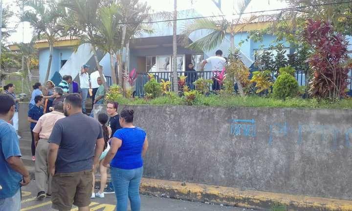 Ciudadanos llegan a liberar a los reos abandonados por los agentes que desertaron de la institución. Foto: Carazo Libre