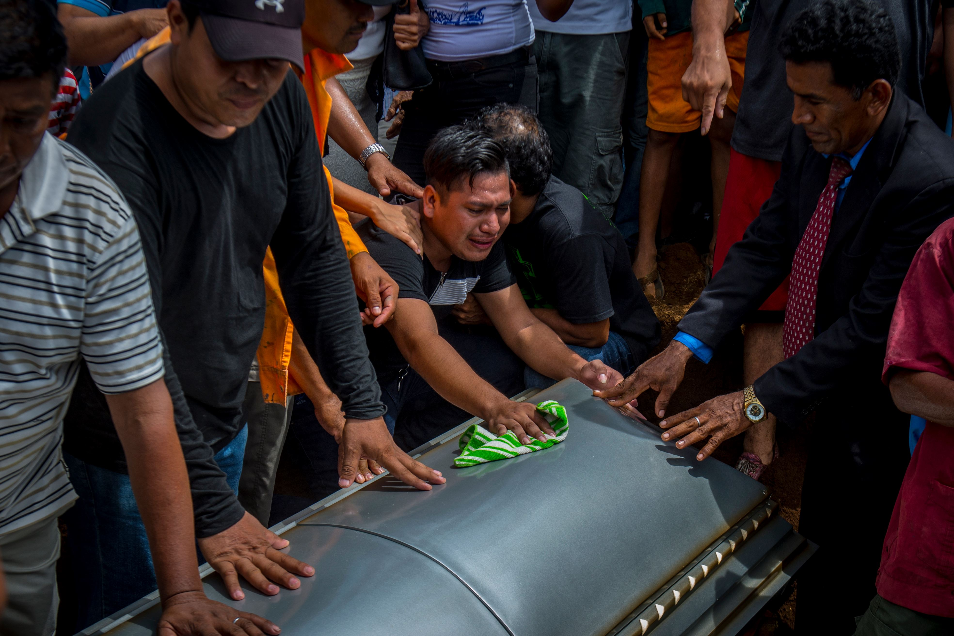 Momento en que nicaragüenses enterraban a seis miembros de una familia que fueron calcinados por un incendio provocado: Foto: Cortesía